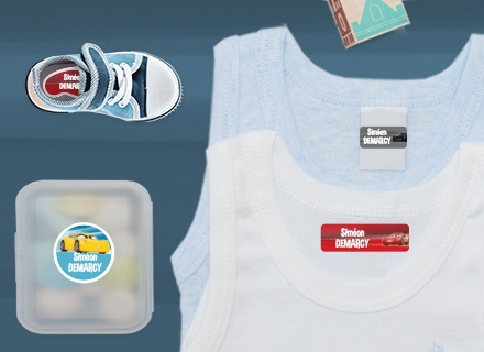Des étiquettes Reine des Neiges sur des fournitures débardeurs et une boîte