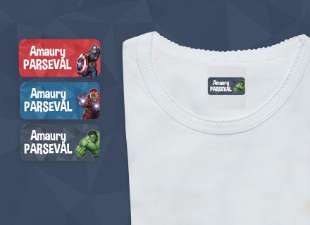 Des étiquettes Avengers avec le nom de votre enfant sur un t-shirt