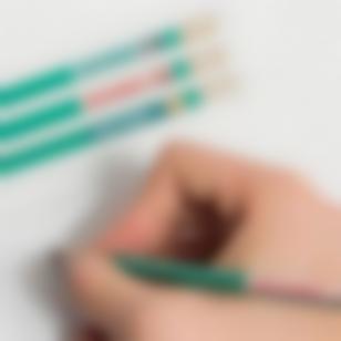Des étiquettes pour marquer les crayons et les stylos